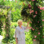 ガーデンに咲くオールドローズと心地よい歌声で癒される一日を