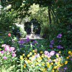 カラフルな原色の花々と、心地よい緑陰の魅力~朝の光の美しさ