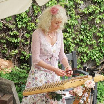 バラの咲くガーデンで宮廷音楽ダルシマーの演奏